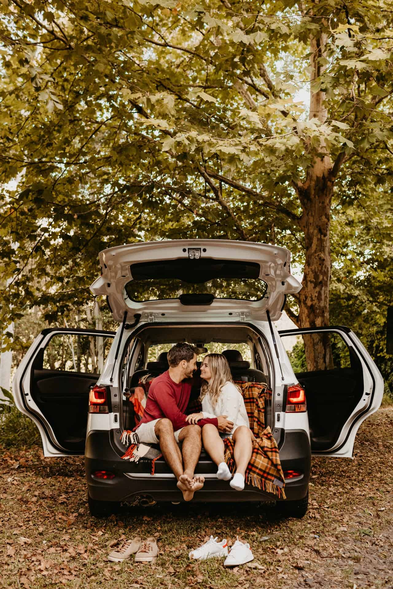 couple-sitting-in-the-back-of-car